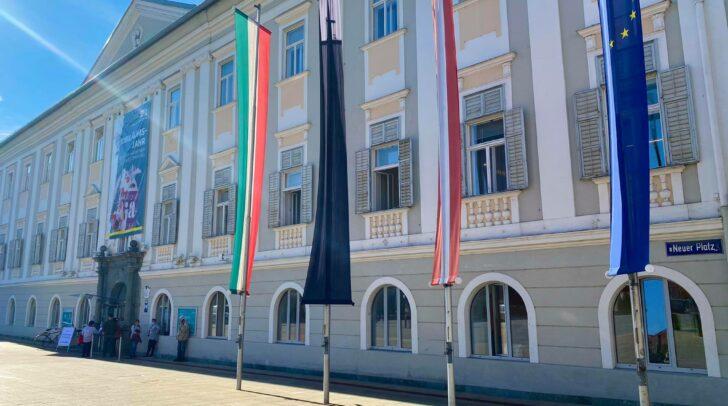 Vor dem Klagenfurter Rathaus wurde aus Solidarität mit den Opfern des gestrigen Terroranschlages die schwarze Fahne gehisst.