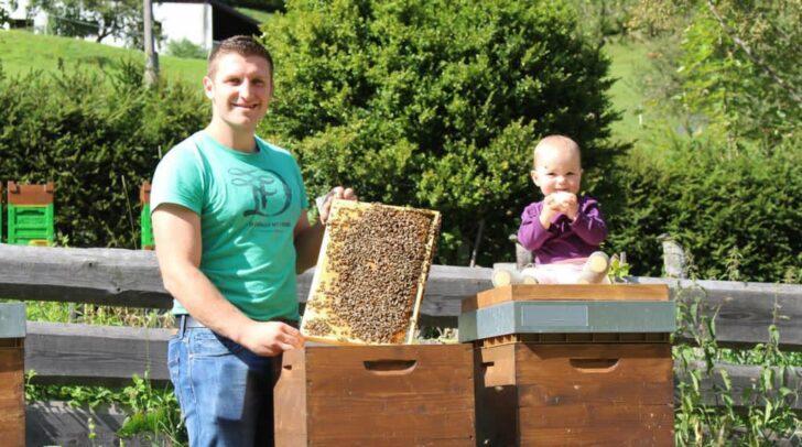 Der Imker Sandro Hutter aus Stockenboi kämpfte über Jahre vor Gericht um die Farbe von Bienen-Hintern.