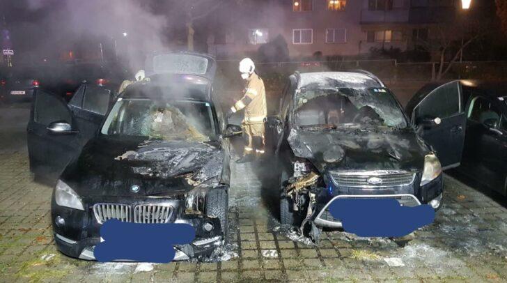Zwei nebeneinander abgestellte Fahrzeuge waren heute Abend in der Klagenfurter Innenstadt in Brand geraten.