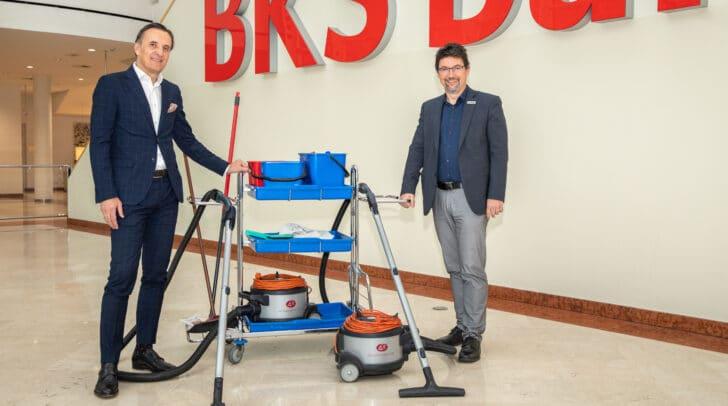 Manfred Isopp, Geschäftsführer BKS Immobilien Service GmbH übergibt Caritasdirektor Ernst Sandriesser offiziell die Sachspende.