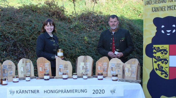 Obfrau Elisabeth Thurner und Honigreferent Valentin Koller überbrachten die Trophäen persönlich