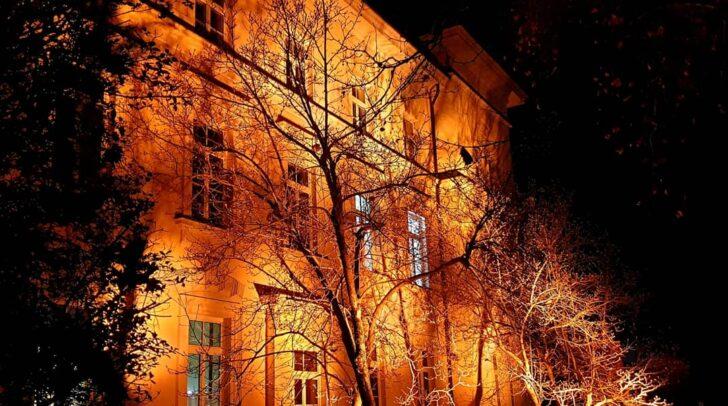 Das orange beleuchtete Verwaltungsgebäude in Villach.