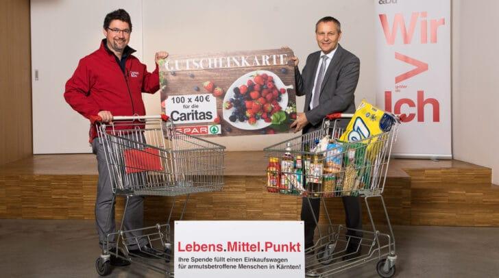 Caritasdirektor Ernst Sandriesser und SPAR Kärnten und Osttirol-Geschäftsführer Paul Bacher bei der Übergabe der Spenden.