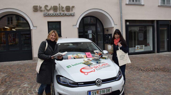 Stadtbücherei-Leiterin Beate Feichter und Mitarbeiterin Anita Regenfelder bringen ab Donnerstag, den 19. November, wieder Bücher und Medien vor die Tür nach Hause.
