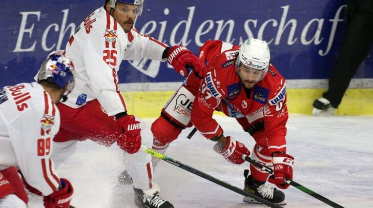 Am Bild: Marcel Witting (KAC) und Derek Joslin (Salzburg)