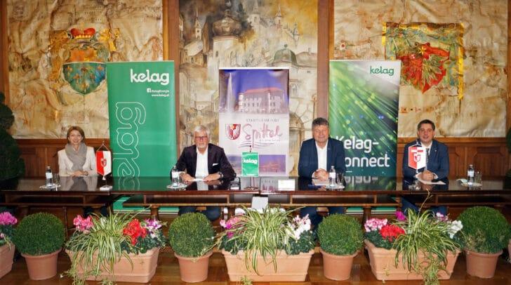 Technologiereferentin LH-Stv.in Gaby Schaunig, Manfred Freitag, Bürgermeister Gerhard Pirih und Stadtrat Christoph Staudacher (v.l.) bei der Vertragsunterzeichnung.