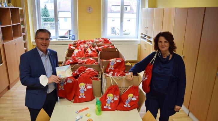 Bgm. Martin Kulmer mit Direktorin Christine Mair, deren Schule aktuell 319 Kinder besuchen.