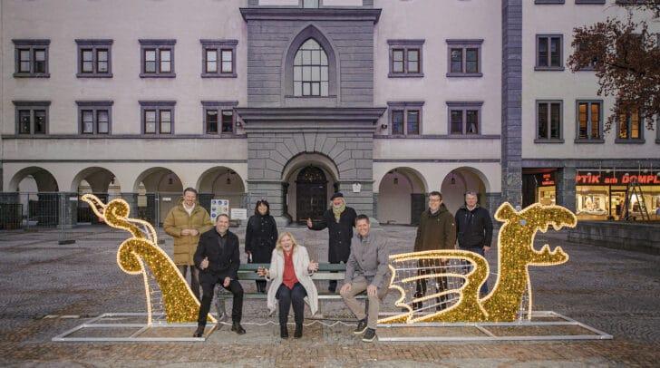 """Vertreter des Stadtsenates und des Gemeinderates mit Dompfarrer Peter Allmaier beim """"Foto-Lindi"""" am Domplatz"""