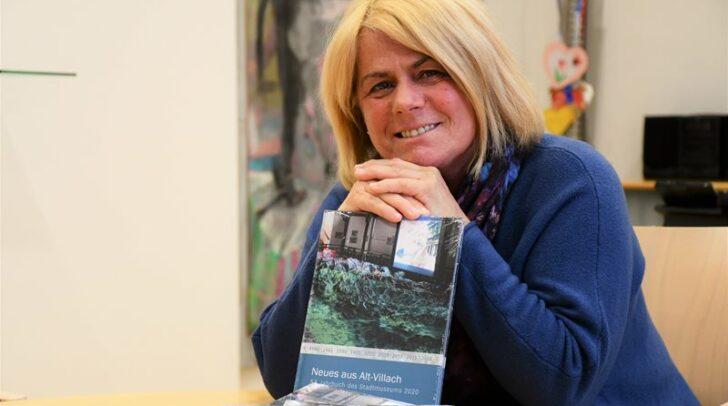 Kulturreferentin Vizebürgermeisterin Gerda Sandriesser mit dem neuen Museumsjahrbuch.