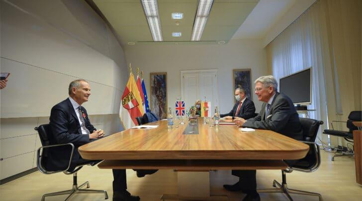 LH Peter Kaiser im Gespräch mit dem britischen Botschafter Leigh Turner im Amt der Kärntner Landesregierung.