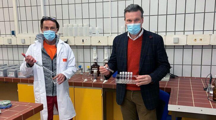 Entsorgungsreferent Vzbgm. Wolfgang Germ war bei der ersten Entnahme von Abwasserproben für die Uni Innsbruck dabei.