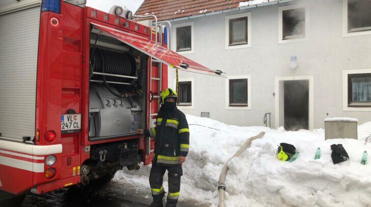 Mehrere hundert Liter heißes Wasser im Keller sorgten dafür, dass aus dem unbewohnten Haus Dampf aufstieg.
