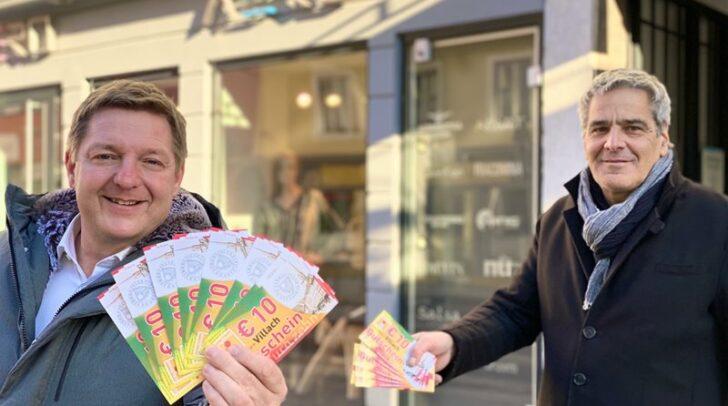 Bürgermeister Albel und Stadtmarketing-Chef Angerer freuen sich über einen Rekord bei Villachs City-Gutscheinen