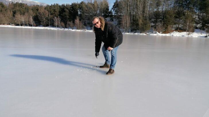 Eismeister Dietmar Juvan von der Sportabteilung der Stadt Villach hat Eisstärke und Qualität begutachtet.