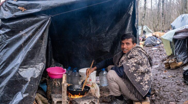"""Die """"Karawane der Menschlichkeit"""" unterstützt Flüchtlinge, die den Winter unter widrigsten Umständen in Bosnien verbringen."""