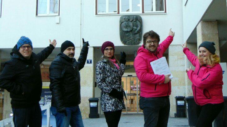 Das NEOS-Villach-Team vor dem Villacher Rathaus.