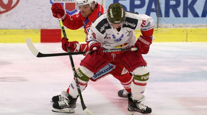 Am Bild Manuel Geier vom EC KAC) im Zweikampf gegen Dustin Gazley vom HCB Südtirol.