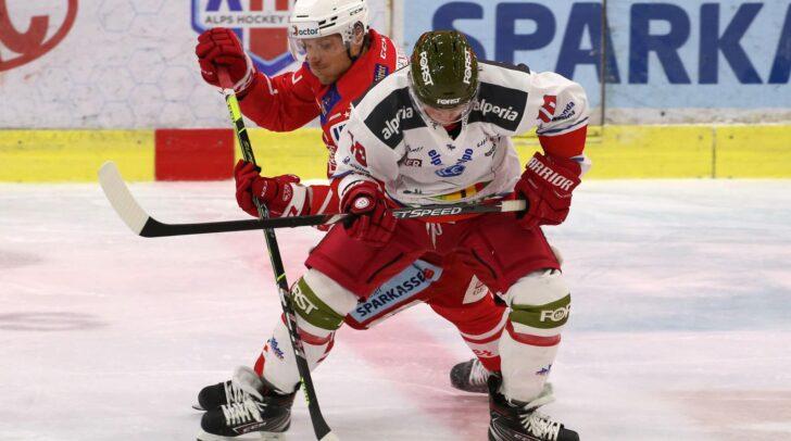 Am Bild: Manuel Geier (EC KAC) im Zweikampf gegen Dustin Gazley (HCB Südtirol). (Archivbild)