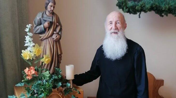 Krankenhausseelsorger Pater Anton mit dem Heiligen Josef. Das Jahr 2021 ist speziell diesem Heiligen gewidmet.