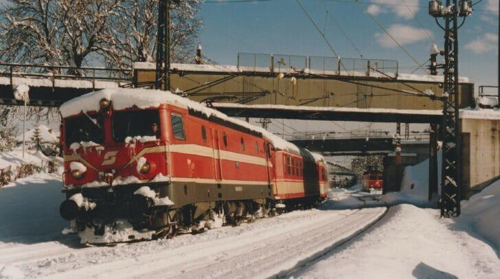 Eine Lokomotive der ÖBB-Reihe 1043