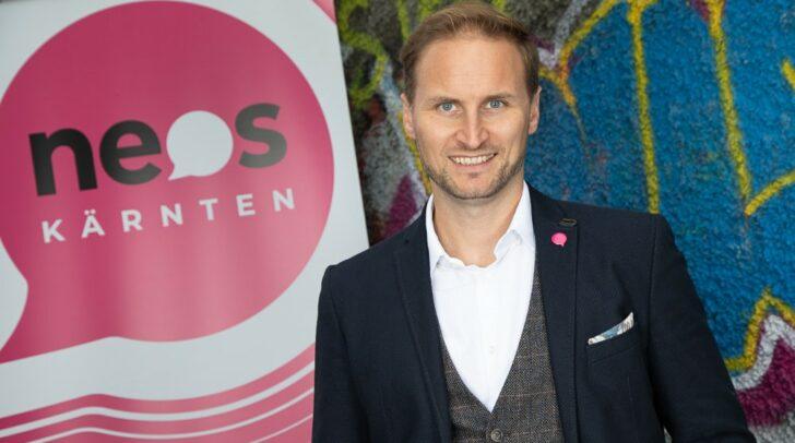 NEOS-Spitzenkandidat für Klagenfurt, Janos Juvan, freut sich über die Ankündigung eines neuen elektronischen Anmeldesystems bei Corona-Impfungen.