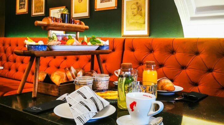 Das Frühstück wird frisch zubereitet und dir direkt als eigenes Buffet an deinen Tisch serviert.
