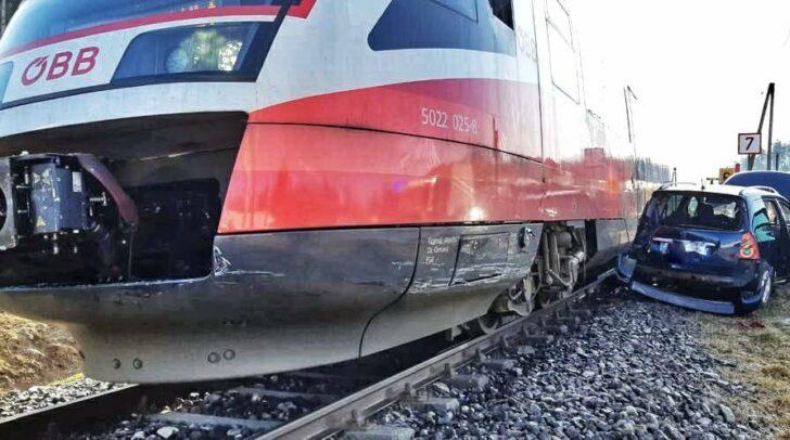 Aus bisher unbekannten Gründen kam es auf einem Bahnübergang in Maria Rain heute zur Kollision zwischen einem Zug und einem PKW.