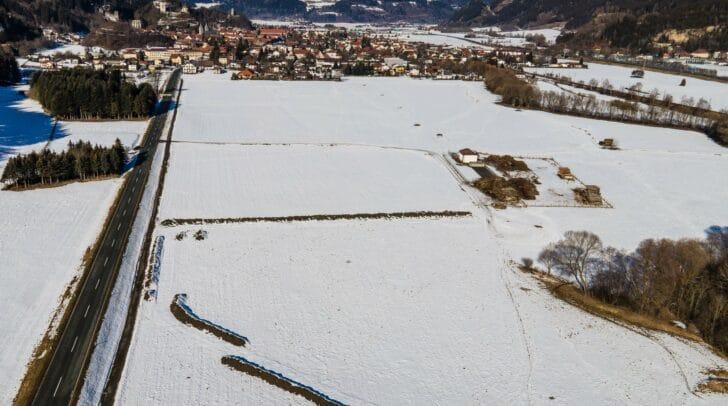 Die solarthermische Anlage besteht aus 436 großen Sonnenkollektoren mit insgesamt 5.750 Quadratmeter Fläche und wird auf einem Areal südlich von Friesach errichtet.