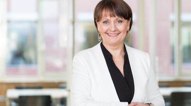 Herta Stockbauer, Vorstandsvorsitzende der BKS Bank, freut sich über die gelungene Spendenaktion.