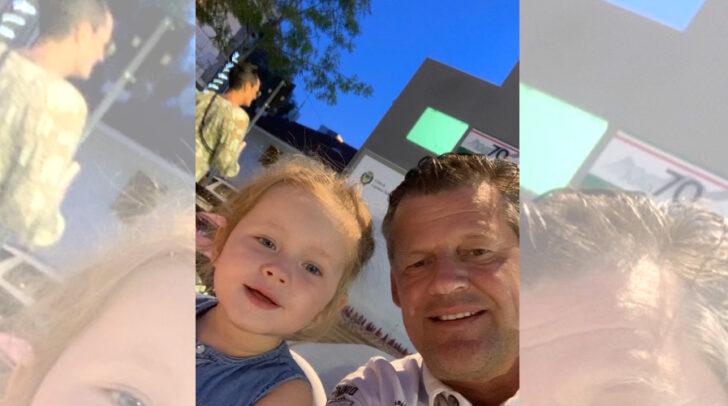 5 Minuten hat die Spitzenkandidaten um authentische Fotos gebeten. Am Bild: Christian Scheider (Team Kärnten) mit seiner kleinen Tochter.