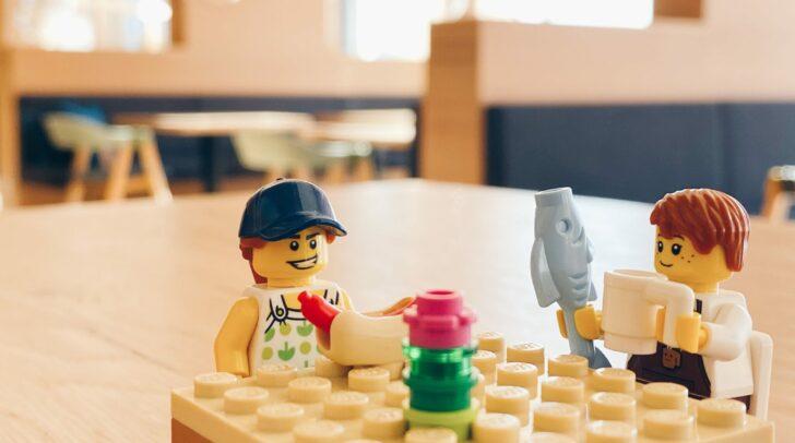 Hinter den Lego-Bildern steckt eine ernste Botschaft.