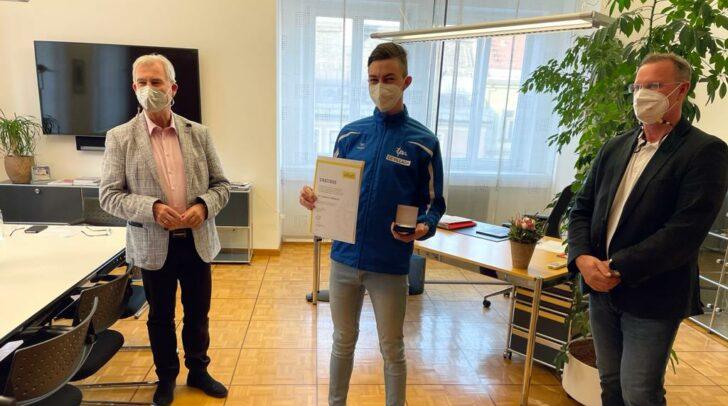 Sebastian Ambrosch (Mitte) und drei weitere Nachwuchssportler des LC Villach erhielten gestern die Ehrenplakette in Silber der Stadt Villach.