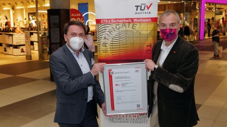 V.l.: Ing. Ingold Wilhelmer (Geschäftsstellenleiter TÜV Kärnten) und Richard Oswald, ATRIO Center-Manager, bei der Übergabe des TÜV-Zertifikates im ATRIO.