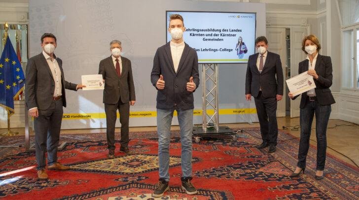 Landesrat Daniel Fellner, LH Peter Kaiser, Franz Liposchek (Gemeindeservicezentrum) und LHStvin. Gaby Schaunig mit einem Lehrling.