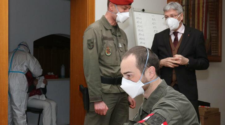 LH Peter Kaiser bei seinem Besuch in der Teststation Oberdrauburg.