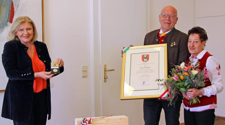 Bürgermeisterin Dr. Maria-Luise Mathiaschitz überreicht Franz Trainacher im Beisein seiner Gattin Eleonore den Ehrpfennig der Landeshauptstadt Klagenfurt.