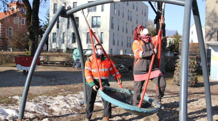 Am Bild: Sabine Karl und Gerald Grill überprüfen eine Schaukel.