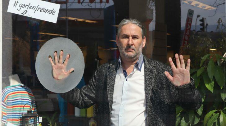 Der Villacher Schriftsteller und Künstler Gerald Eschenauer wird in nächster Zeit öfter in verschiedenen Kärntner Schaufenstern anzutreffen sein.