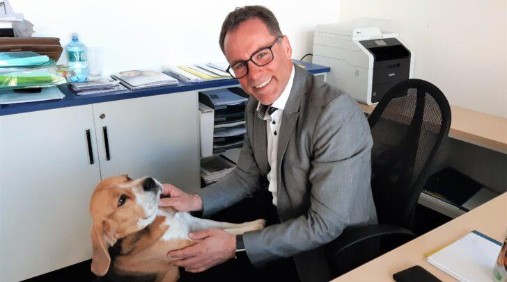 Finanzreal-Experte Dieter Wallner (v.l.) mit Familienhund Chester, der ab und zu mit ins Büro darf.