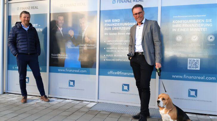 Die Finanzreal-Experten Roland Potocnik und Dieter Wallner (v.l.) wissen, wo dein Geld gut angelegt ist. Auch Bürohund Chester freut sich über deinen Besuch!