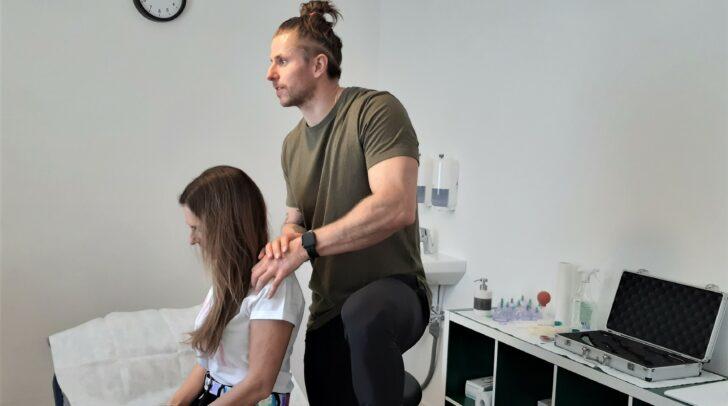 Kevin Maier beschäftigt sich mit Physiotherapie.