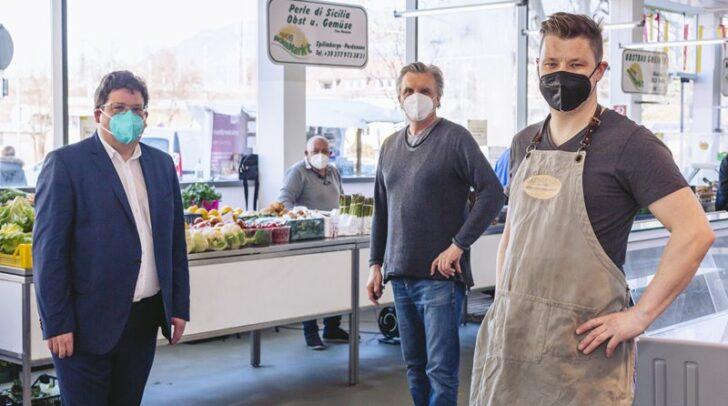 Gastwirt Gerfried Hopf (rechts), hier mit Marktreferenten Stadtrat Christian Pober und Marktsamtsleiter Otmar Felsberger, wird, sobald es coronabedingt möglich ist, den Gastronomiestand in der Villacher Markthalle betreiben.