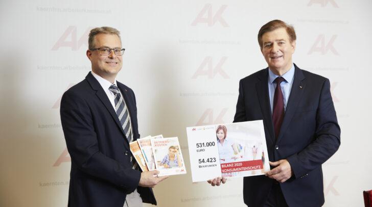 In 54.423 Beratungsgesprächen konnten den Kärntnern über eine halbe Million Euro zurückgeholt werden. Am Bild v.l.: Stephan Achernig und Günther Goach.
