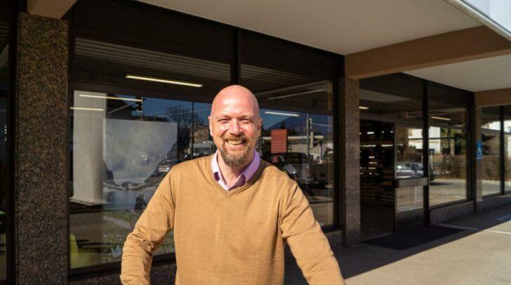 Geschäftsführer Bernhard Kraker vor dem neuen Bärenbikes-Store in Villach.