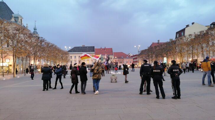 Neben den Demonstrantinnen und Demonstranten war auch die Polizei beim heutigen Lichterprotest wieder vor Ort.