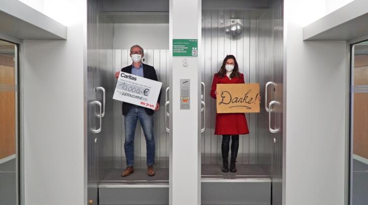 Die Scheckübergabe fand im Paternoster der Kelag, dem letzten Personalumlauf-Aufzug in Kärnten, statt.