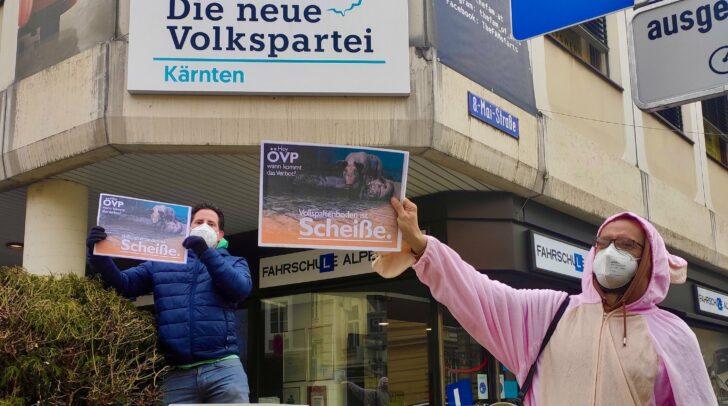 Tierschützer protestieren vor der Klagenfurter ÖVP-Zentrale.