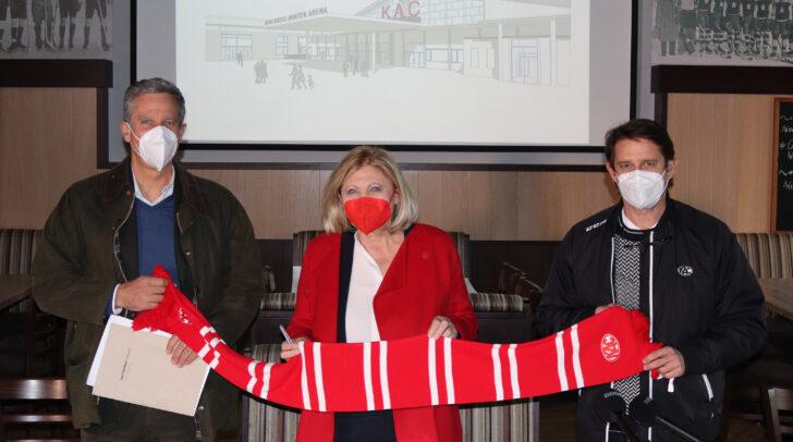 Bürgermeisterin Maria‐Luise Mathiaschitz präsentiert die Hallenpläne mit<br /></noscript>Architekt DDI Christian Halm (links) und KAC‐Generalmanager Oliver Pilloni.