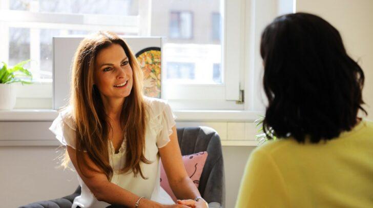 Ernährungstrainerin Bettina Weniger-Assinger begleitet dich mit PowerSlim zu deinem Wohlfühlgewicht.