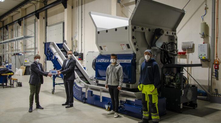 Ein konkretes Kooperationsprojekt in Umsetzung: ein Shredder der Kärntner Firma Lindner Recyclingtech wurde in der Lernfabrik der Johannes Kepler Universität in Linz installiert.